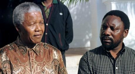 Nelson Mandela annonce la démission de Cyril Ramaphosa, secrétaire général de l'ANC, le 13 avril 1996. REUTERS/Mike Hutchings