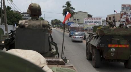 Des véhicules de la force française Licorne patrouillent à Abidjan, le 4 avril 2011. Ho New / Reuters