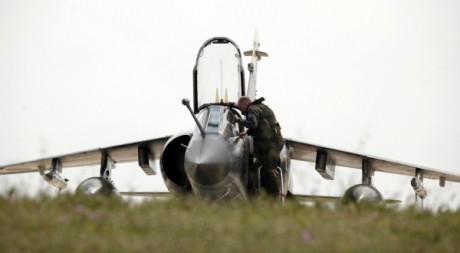 Un pilote français de l'armée de l'air à côté d'un Mirage, à l'aéroport de Malte, le 20 avril 2011. REUTERS/Darrin Zammit Lupi