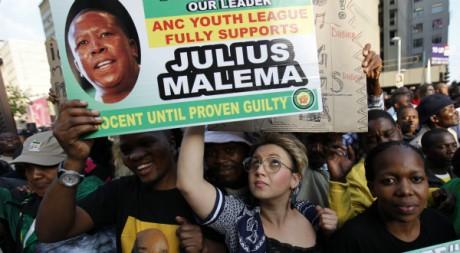 Des supporters de Julius Malema devant le tribunal de Johannesburg le 20 avril. Reuters/Siphiwe Sibeko