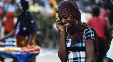 Une femme téléphone sur un marché d'Abobo, Abidjan, 17 avril 2011. REUTERS/Finbarr O'Reilly