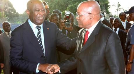 Laurent Gbagbo avec Jacob Zuma, envoyé à Abidjan pour tenter de résoudre la crise le 21 février. Reuters/Luc Gnago