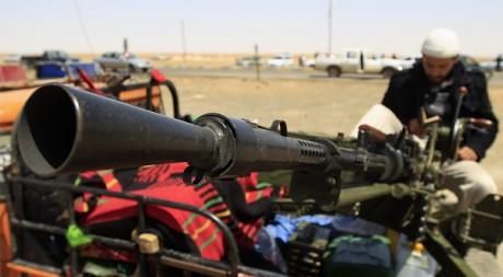 Un combattant rebelle avec son arme à Ajdabiya le 23 avril. Reuters/Amr Dalsh