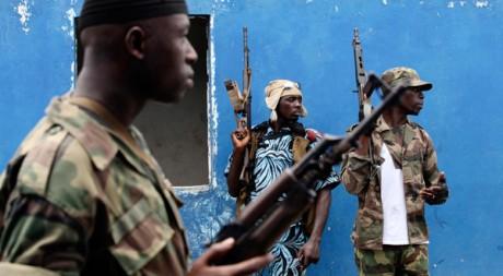 Des soldats pro-Ouattara dans le quartier de Yopougon, à Abidjan le 29 avril. REUTERS/Luc Gnago