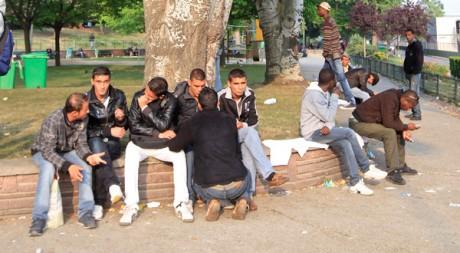 Quelques-uns des immigrés réfugiés dans un parc près du périphérique de Paris. REUTERS/Jacky Naegelen