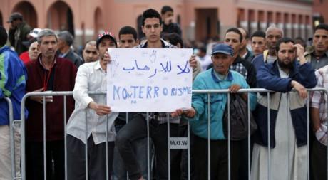 Des Marocains place Jamâa el-Fna après l'attentat, Marrakech, le 28 avril 2011. REUTERS/Youssef Boudlal