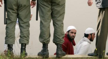 Deux islamistes suspectés de planifier une guerre sainte au Maroc arrivent au tribunal, 26 janvier 2007 REUTERS/Rafael Marchante