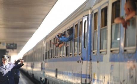Des candidats tunisiens à l'immigration dans un train italien pour Vintimille. AFP PHOTO / ANDREAS SOLARO