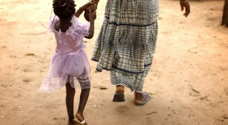 Mère et fille au village de Diabougo, ouest du Sénégal. REUTERS/Finbarr O'Reilly