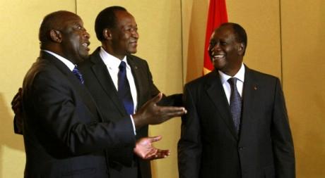 Blaise Compaoré au milieu de Laurent Gbagbo (à gauche) et Alassane Ouattara, 27 novembre 2010, Abidjan. REUTERS/Thierry Gouegnon
