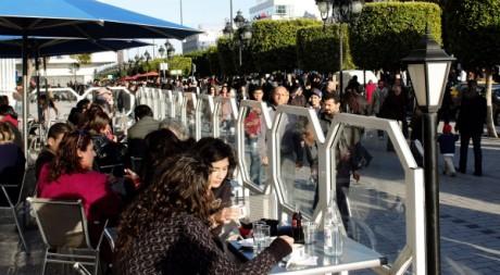 Discussions en terrasse d'un café de Tunis, le 28 avril. REUTERS/Anis Mili