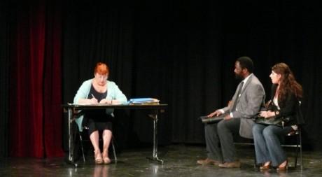 Scène de L'Amour au Ban au Théâtre du Nord-Ouest, à Paris. © Amélie Coquerelle, tous droits réservés.