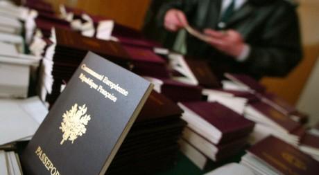 Un douanier passe en revue d'éventuels faux passeports. REUTERS/Stoyan Nenov