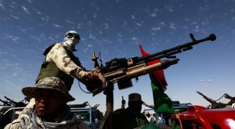 Un combattant rebelle scrute le ciel avec sa batterie anti-aérienne le 14 avril 2011. REUTERS/Yannis Behrakis