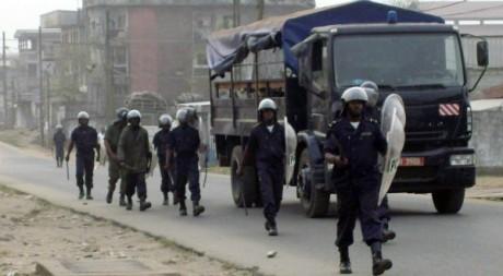 Une patrouille de police à Douala, février 2008. REUTERS/Talla Sop Ruben