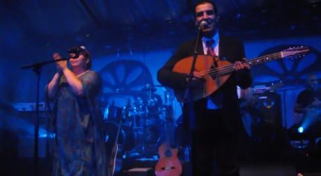 Les chanteurs Hafid Djemaï et Samira dans «Barbès Café». © Ali Chibani, tous droits réservés
