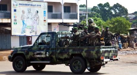 Des membres de l'armée guinéenne patrouillent dans la banlieue de Conakry, Guinée, le 18 novembre 2010. REUTERS/Joe Penney