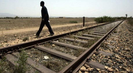 Un émigré traverse la frontière entre l'Algérie et le Maroc, près d'Oujda, le 26 juin 2008. REUTERS/Rafael Marchante