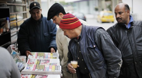 Un kiosque à journaux à Tunis, le 19 janvier 2011. REUTERS/Finbarr O'Reilly