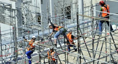 Des ouvriers à Marseille, le 10 mai 2011. BORIS HORVAT / AFP