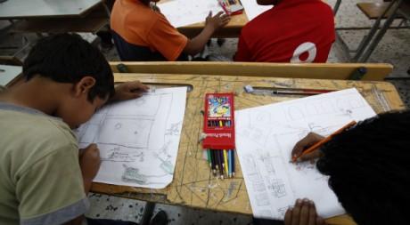 Des enfants libyens dans un atelier de dessin à Misrata, juin 2011. Zohra Bensemra / Reuters