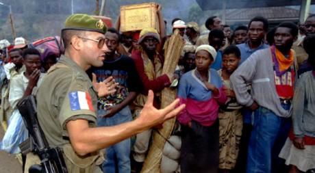 Un soldat français parle à des réfugiés hutu rwandais, le 20 août 1994. REUTERS/Corinne Dufka