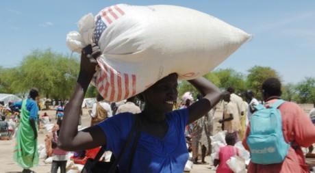 Une déplacée soudanaise d'Abyei porte un sac de nourriture à Turalei, le 27 mai 2011. REUTERS/Ho New
