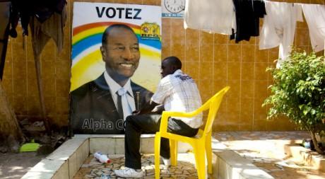 Une affiche d'Alpha Condé dans la cour de son QG de campagne, le 1er décembre 2010? à Conakry, Guinée. REUTERS/STR New