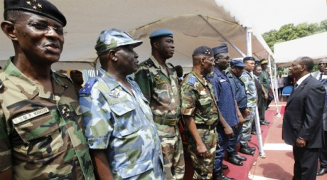 Le président Alassane Ouattara félicite des officiers ivoiriens, Abidjan, 12 mai 2011. REUTERS/Thierry Gouegnon