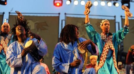 Maalem Kbiber et Baba Cissoko le 23 jun 2011 au festival Gnaoua, à Essaouira. AFP PHOTO/ ABDELHAK SENNA