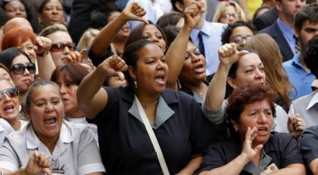 Des femmes de chambre conspuent DSK devant le tribunal de New York, le 6 juin 2011. REUTERS/Mike Segar