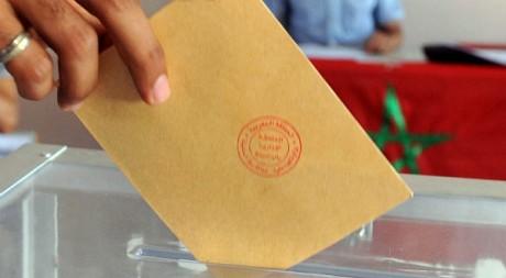 Un Marocain vote, le 1er juillet 2011, à Sala, près de Rabat. AFP PHOTO/ ABDELHAK SENNA