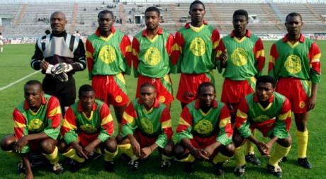 L'équipe de football du Cameroun le 11 mai 1994 (Bell est le gardien de but).