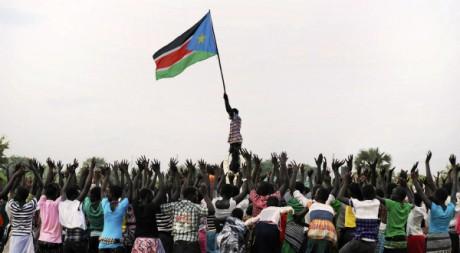 Un homme brandit le nouveau drapeau sud-soudanais. REUTERS/Ho New