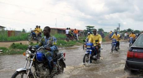 Des «Zémidjans» ou taxis-motos à Cotonou en juin 2010 by Theresac via Flickr