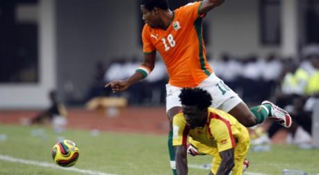 Abdelkader Keita (Côte d'Ivoire) tombe sur Abou Maiga (Bénin) lors d'un match de CAN, le 25 janvier 2008. REUTERS/Luc Gnago