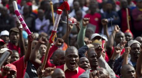 Des travailleurs du Cosatu en grève à Durban, Afrique du Sud, le 12 juillet 2011. REUTERS/Rogan Ward