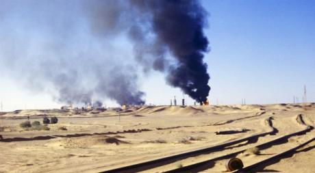 Torchères du centre pétrolier de Hassi Messaoud, avril 1980. AFP