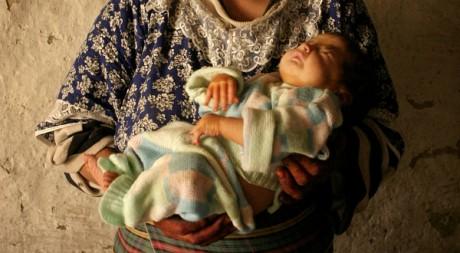 Une femme et son bébé dans le village de Tarart, Haut Atlas, au Maroc, le 31 août 2006. REUTERS/STR New