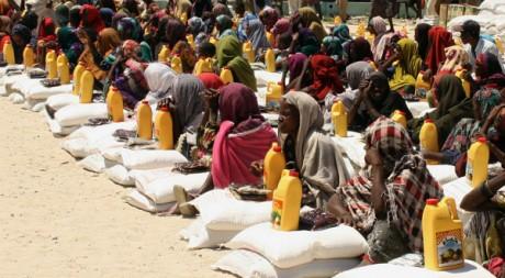 Des déplacées somaliennes recoivent de la nourriture à Mogadiscio, Somalie, le 30 juillet 2011. AFP PHOTO/ABDURASHID ABIKAR