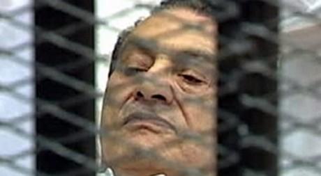 Hosni Moubarak sur une civière dans le box des accusés au Caire le 3 août 2011. REUTERS/Reuters TV