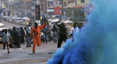 Des opposants du Forum pour un changement démocratique réprimés à Kampala, le 12 mai 2011. REUTERS/James Akena