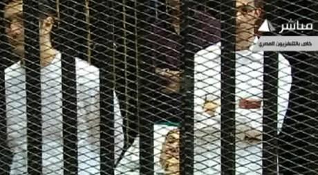 Moubarak et ses fils Alaa et Gamal, lors de l'audience du 3 août au Caire. © REUTERS/Reuters TV