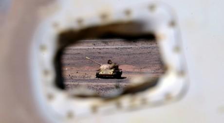 Un tank marocain abandonné près d'un village du Sahara occidental, le 28 février 2011. AFP PHOTO / DOMINIQUE fAGET