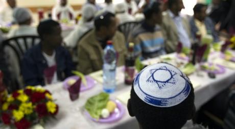 Des immgrés juifs éthiopiens assistent à une cérémonie de Pessa'h, près de Jerusalem, le 14 avril 2011. REUTERS/Ronen Zvulun