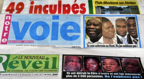 Une de journaux à Abidjan, en Côte d'Ivoire, le 2 juillet 2011. AFP PHOTO / ISSOUF SANOGO
