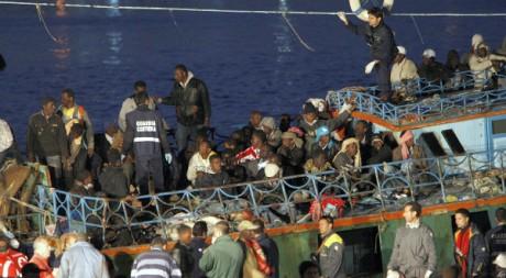 Un bateau de clandestins parvenu sur l'île de Lampedusa. REUTERS/STRINGER Italy