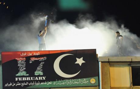 A Benghazi, un homme fête la victoire des rebelles libyens à Tripoli le 22 août 2011. REUTERS/Esam Al-Fetori