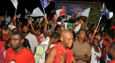 Des partisans de Jorge Carlos Fonseca célèbrent sa victoire à Praia, le 21 août 2011. AFP PHOTO / SEYLLOU