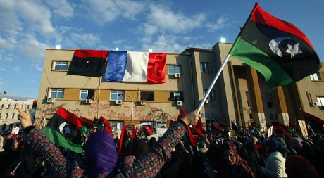 Un drapeau français sur la façade du tribunal de Benghazi lors des manifestations en avril 2011. REUTERS/Suhaib Salem
